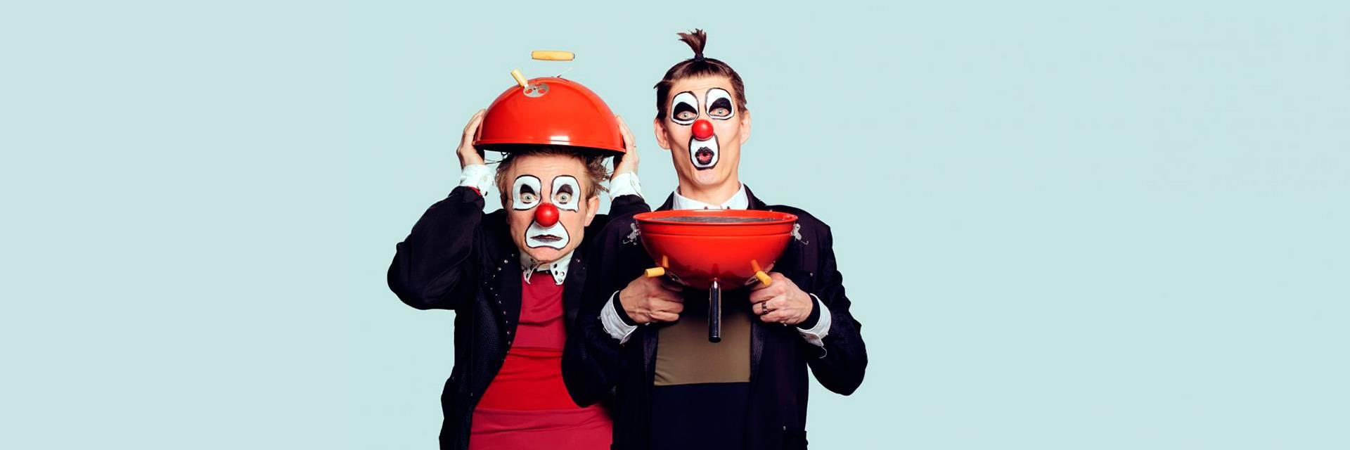 Juoksuhaudantien esiintyjät rooliasuissa. Red Nose Company. Kuvaaja Jouko Siro