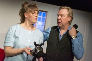 Vastaanottoapulainen Tyyne Torvininen puhelin kädessään ja tohtori Frommilla puhelimen luuri.