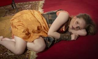 Marina on lattialla kyljellään ja katsoo mietteissään tyhjyyteen.